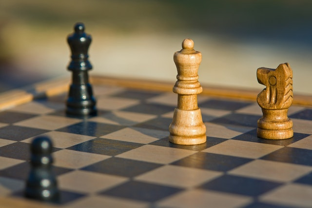 ESTRATEGIAS Estas son las que analiza Garciandía González como diferentes maneras para abordar un conflicto: Evitándolo: no tomar partido y dejar que se solucione por si mismo. Por la fuerza: distingue entre ganador/perdedor, donde ganará el que más poder tenga. Recurriendo a la autoridad: se busca a un tercero legitimado y reconocido por las partes para que tome una decisión y determine la solución del conflicto. Habrá un sector de ganadores y otro de perdedores. A través del intercambio: mediante un diálogo y llegando a acuerdos.